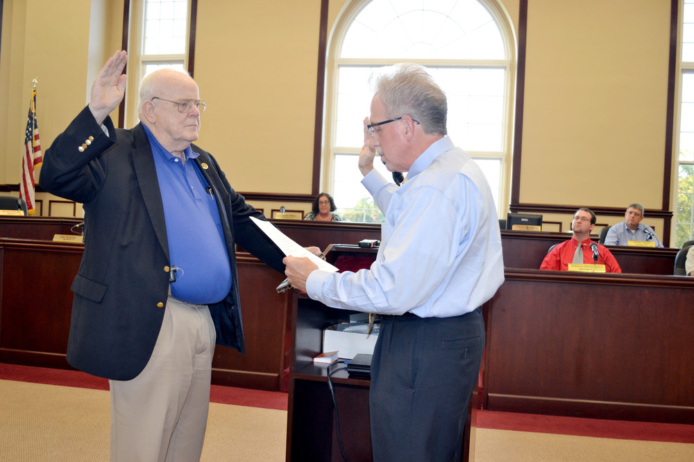 Newly appointed county commissioner Bob Duncan, left, is sworn in by Putnam County Clerk Wayne Nabors Monday.