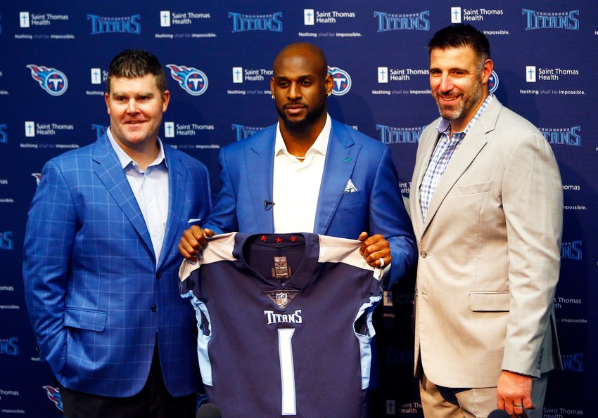 Alabama linebacker Rashaan Evans, center, is introduced by Tennessee Titans general manager Jon Robinson, left, head coach Mike Vrabel, right, at a news conference Friday, April 27, 2018, in Nashville, Tenn. Evans is the Titans' top pick in the NFL football draft. (AP Photo/Wade Payne)