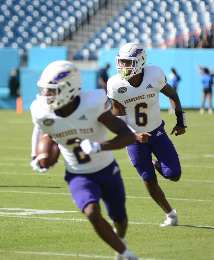 Tennessee Tech's Quintin Cross, front, looks for running room after a pitch from Willie Miller, back.