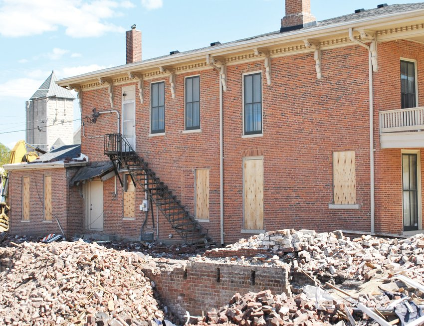 Damage to the historic Link Art Gallery amounts to broken windows, a bent fire escape, a banged-up overhang and missing bricks. None of the damage was structural, but the gallery has been closed to visitors and most staff while excavators demolished the Horace Link building.